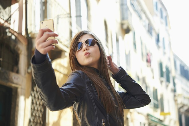 Đèn flash trước hỗ trợ tốt cho người dùng khi selfie trong tối.