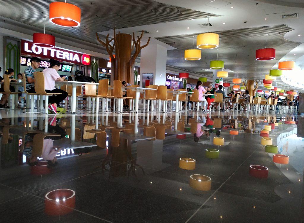 Khu ăn uống trong Cresent Mall...thấy sàn nhà lau sạch bóng thích quá nên mình liền thử chụp soi bóng tạo sự phản chiếu đối xứng