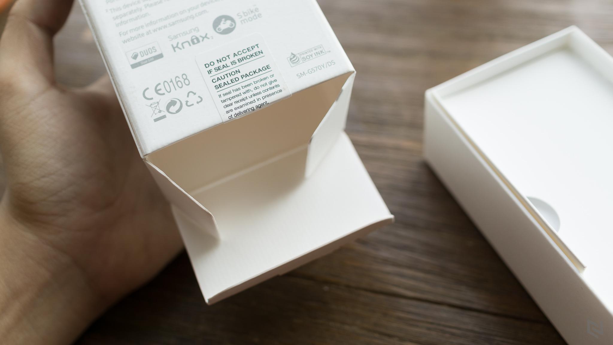 Để lấy bên trong ra, bạn phải mở theo cách này chứ kông phải nhấc hộp ra như các dòng trước.