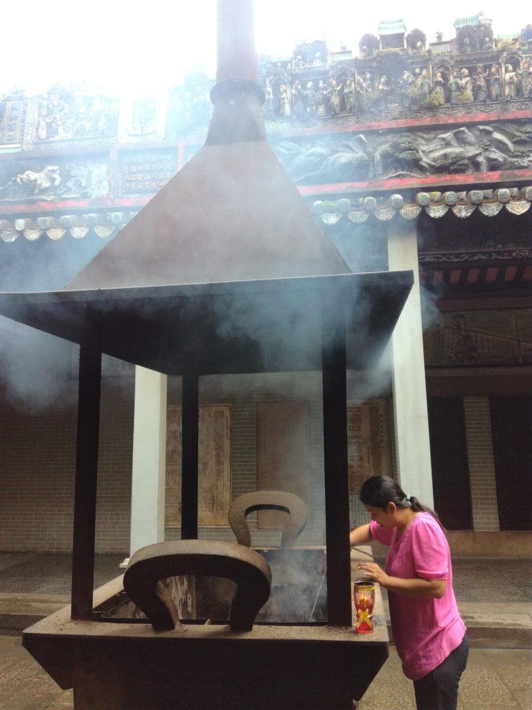 Lò đốt giữa sân chùa Thiên Hậu quận 5