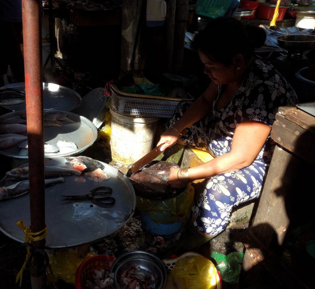 Cô này đang mài vẩy xử lý sạch vẩy cá để bán cho khách. Ánh sáng có vẻ hay quá mình đi ngang qua làm 1 shot rồi đi ngay