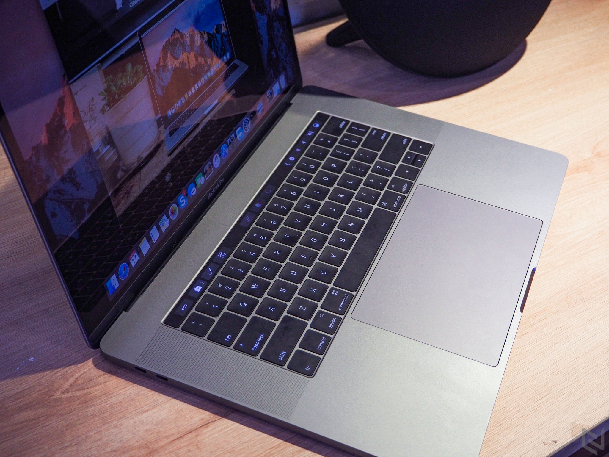 """Trên tay MacBook Pro 2016 bản 15"""": Thiết kế mới, mỏng hơn, nhẹ hơn, TrackPad rất to"""