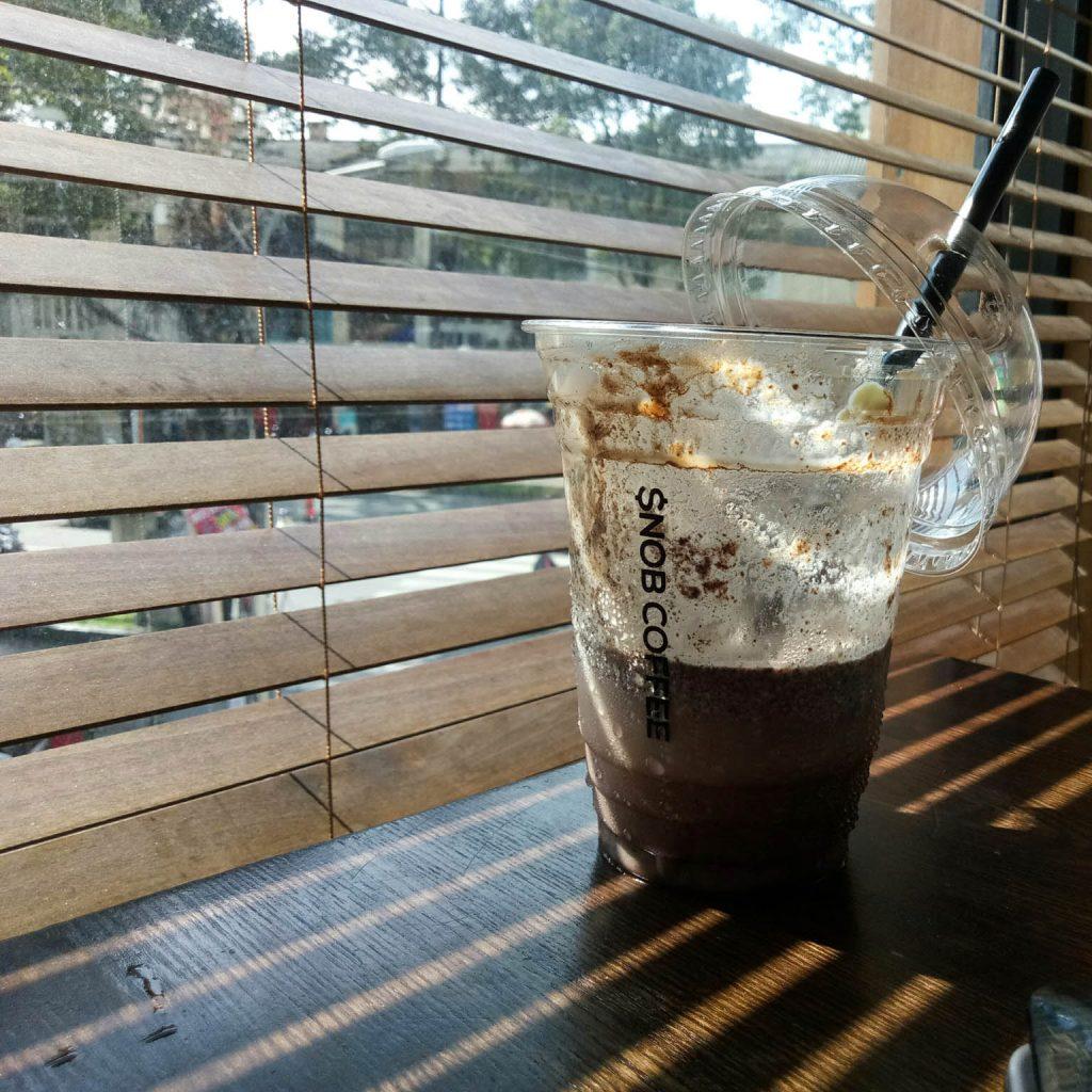 Một góc bàn tại quán SNOB COFEE. Vào chiều nắng chiếu tạt qua khe rèm rất đẹp.