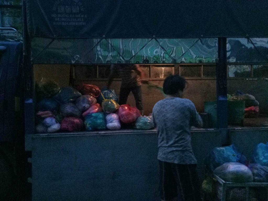 Một chiếc xe vận chuyển giao các lô hàng rau cho các sạp ở chợ Hồ Trọng Quí quận 6. Lúc này trời tờ mờ sáng khoẳng 5h45. Ảnh tuy noise nặng nhưng thuật toán máy đã không khử noise quá tay để giữ chi tiết ảnh ở mức chấp nhận được