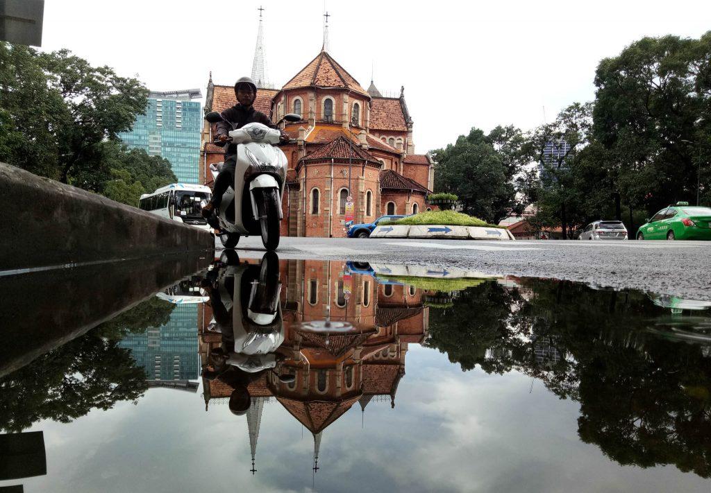 Mùa này Sài Gòn hay có những cơn mưa bất chợt. Và đây là vài cảnh sau cơn mưa với các vũng nước đọng lại. Điện thoại rất dễ và tiện khi chụp thể loại soi bóng nước như này ( Puddlegram)