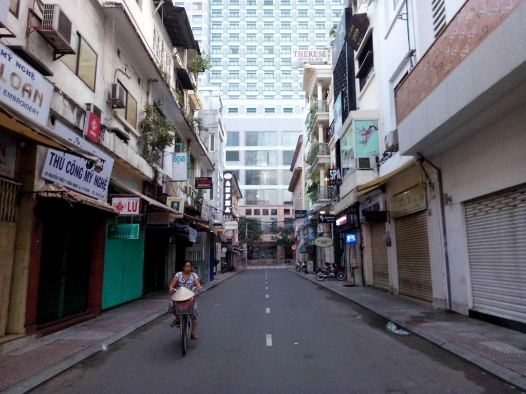 Tại hẻm nhỏ Nguyễn Thiệp ở phố đi bộ. lúc này mới hơn 6h nên rất là vắng vẻ.