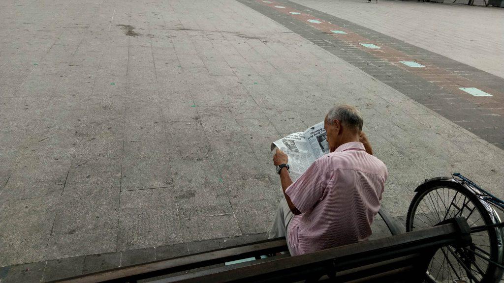 Thử vòng ra sau xem cụ đang đọc gì. Mình không dám tiến gần hơn vì sợ gây phiền ảnh hưởng đến cụ