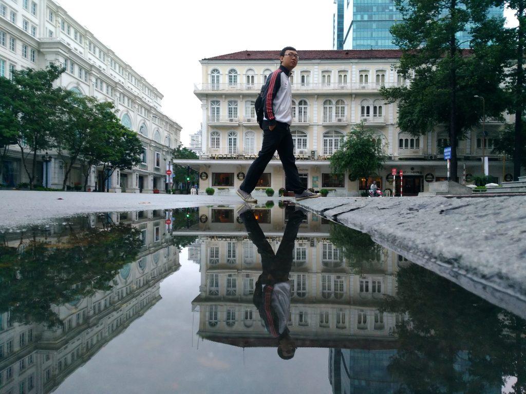 Sài Gòn mùa này mưa nhiều và để lại khá nhiều vũng nước nên chụp thể loại soi bóng ( Puddlegram) khá là thích