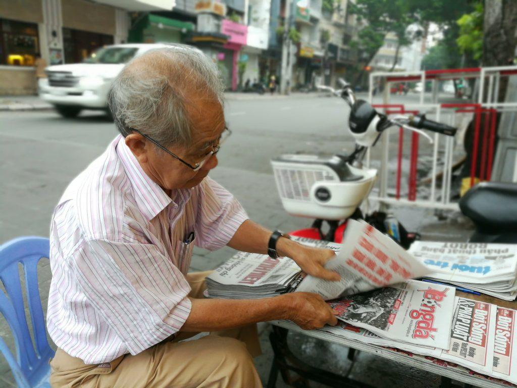Ông cụ bán báo trên khu phố đi bộ