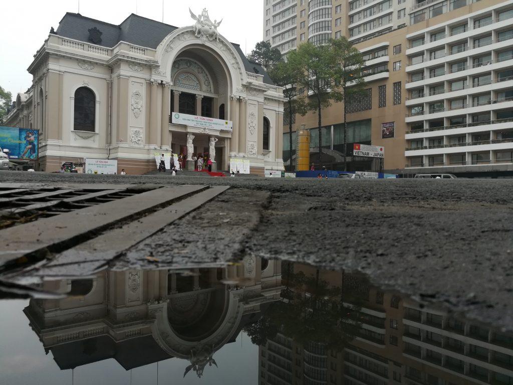 Góc Nhà hát thành phố. Buổi sáng sớm vẫn còn đọng lại vài vũng nước mưa tối hôm trước