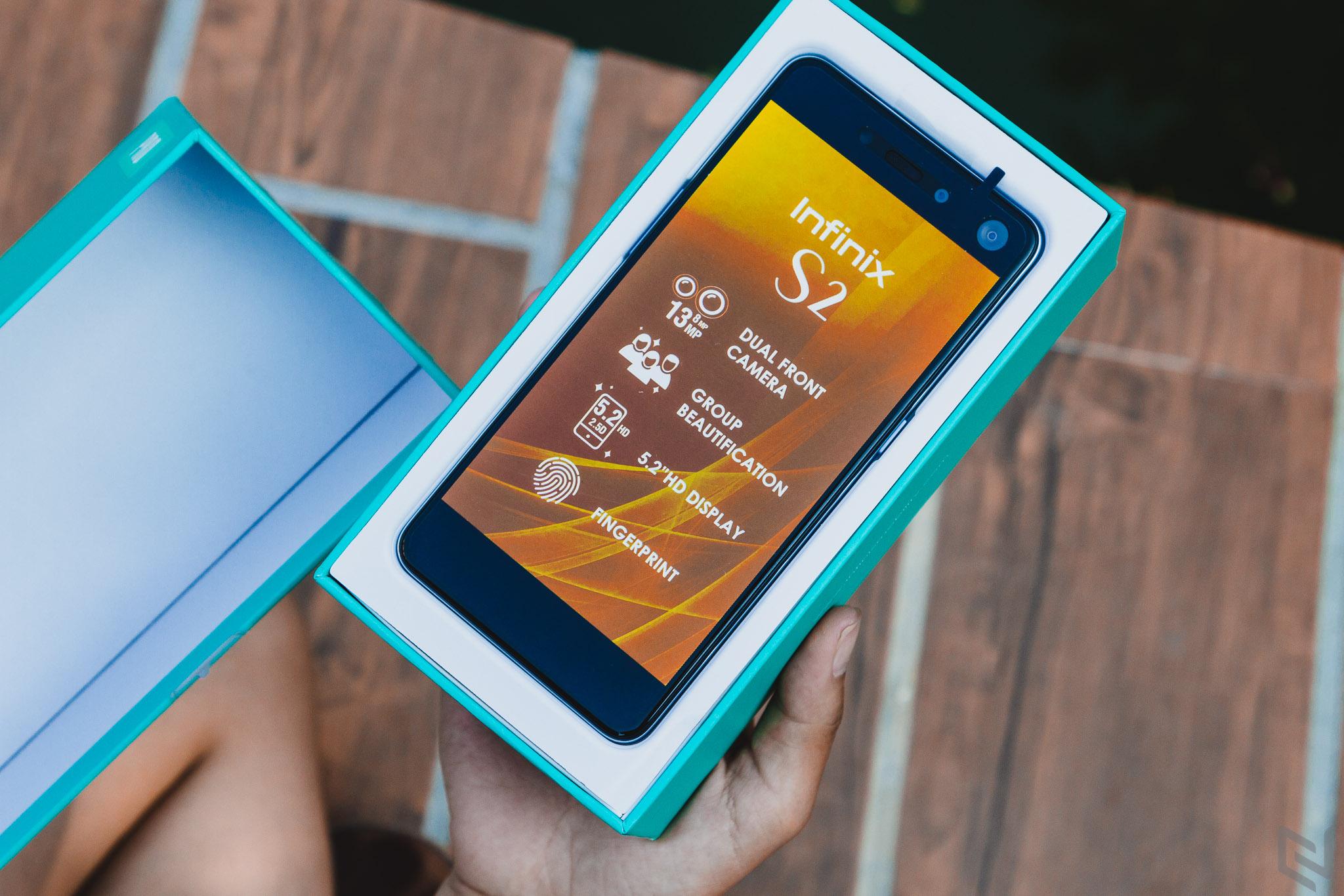 Nhờ bạn gái ngoài công viên mở hộp và trên tay Infinix S2 Pro màu Topaz Blue