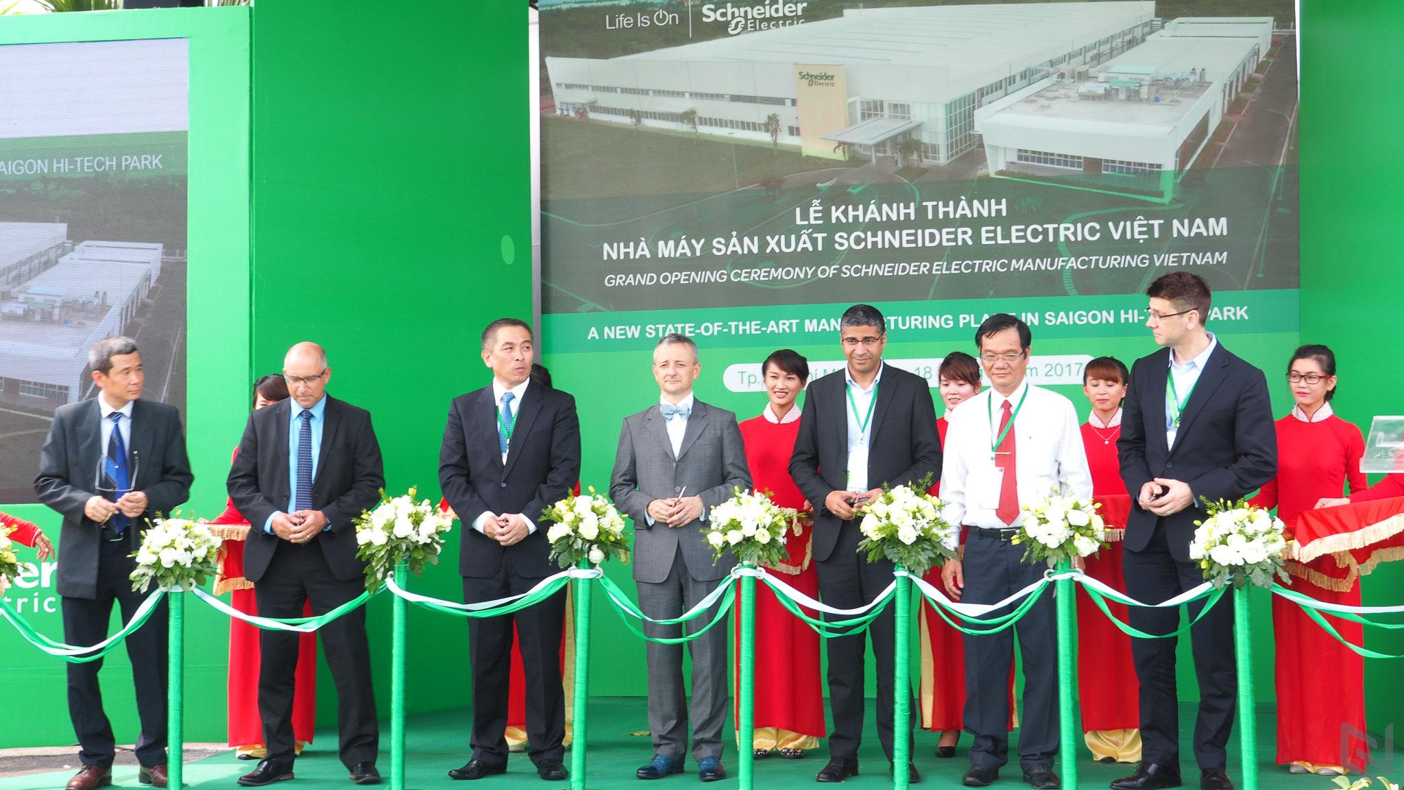 Tham quan nhà máy mới khánh thành của Schneider Electric tại Khu ...