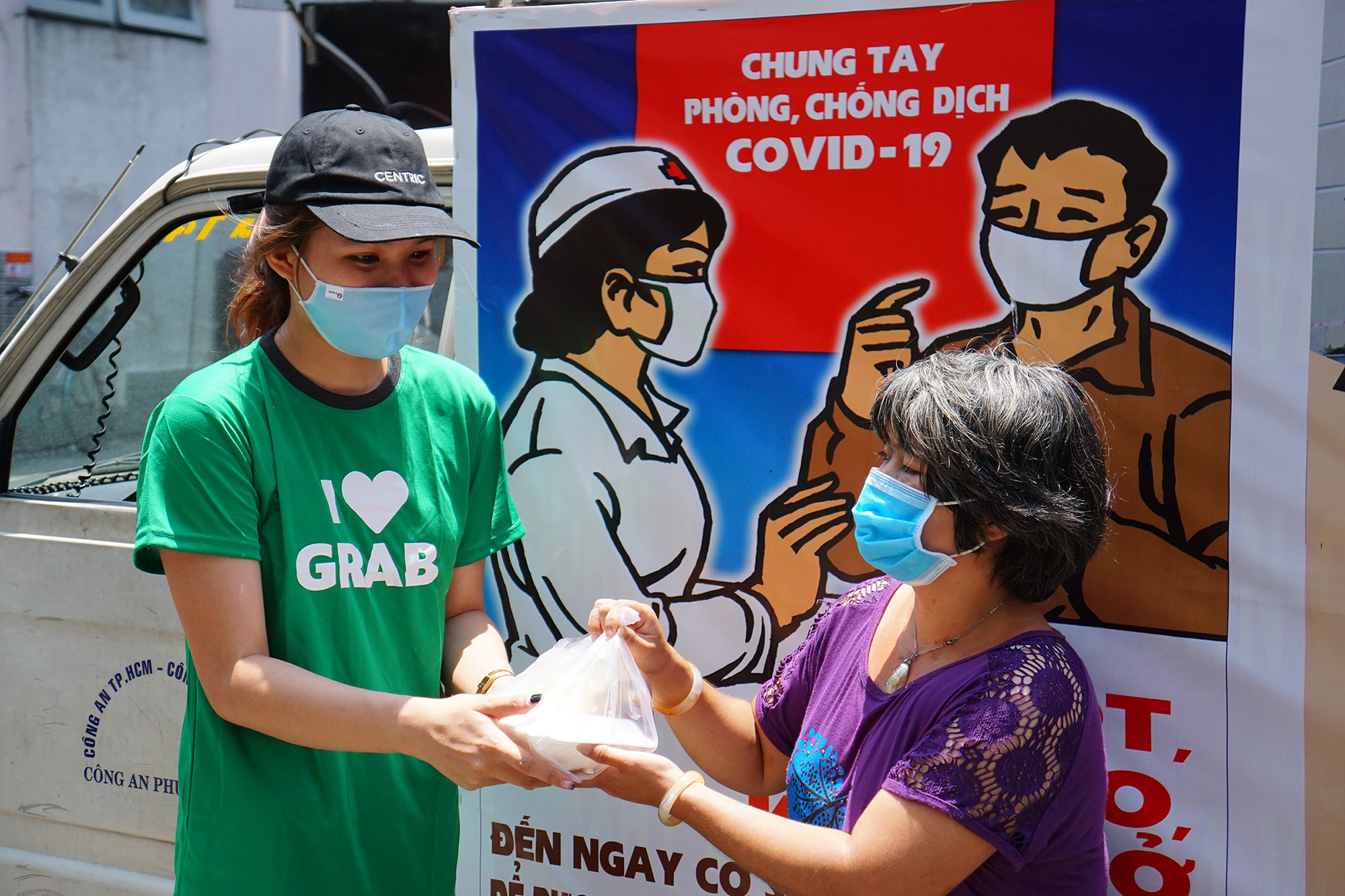 Grab và Quỹ Hy Vọng chung tay mang 15,000 suất ăn đến với những người khó khăn trong mùa dịch COVID-19