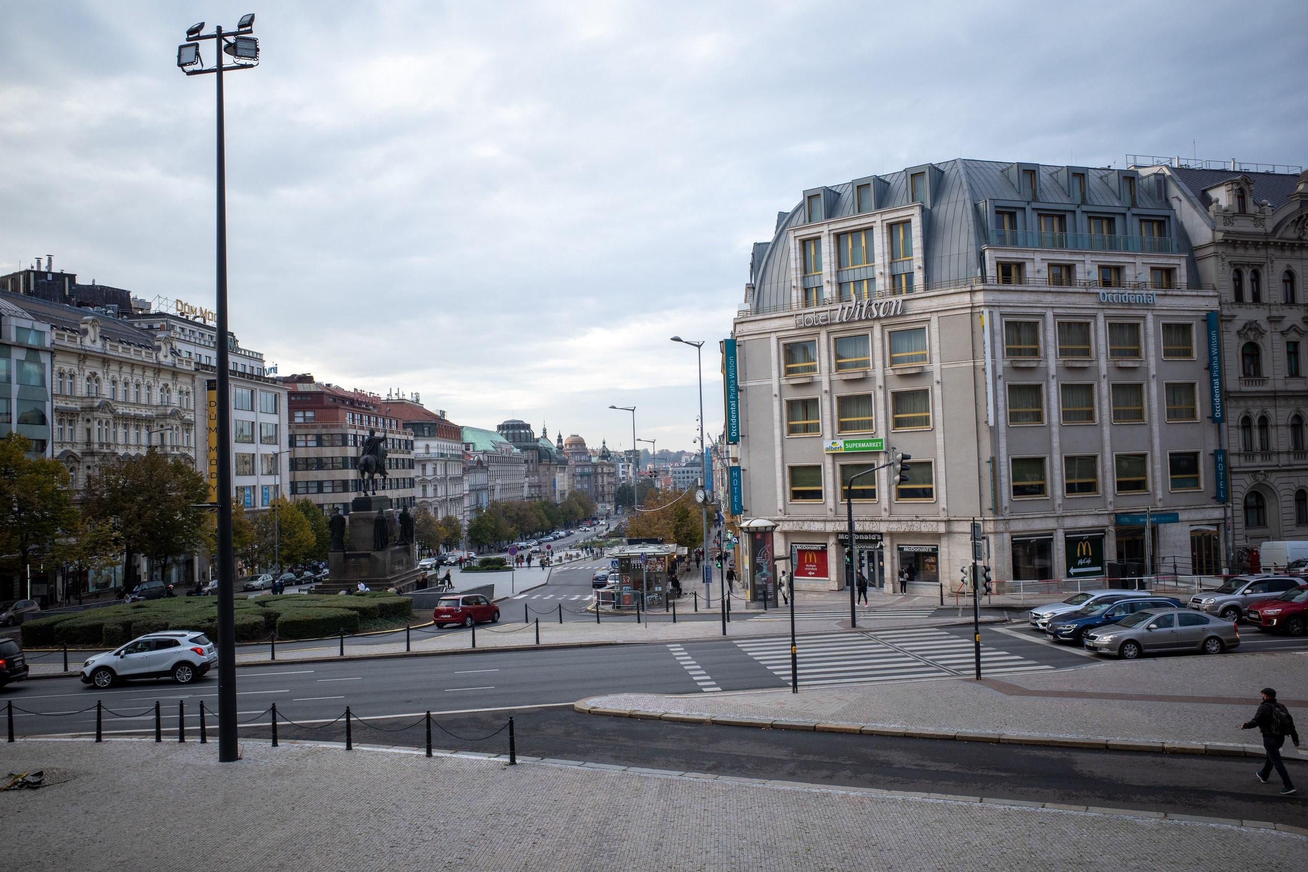 So sánh khả năng chụp ảnh đường phố của iPhone 12 và Ricoh GR III
