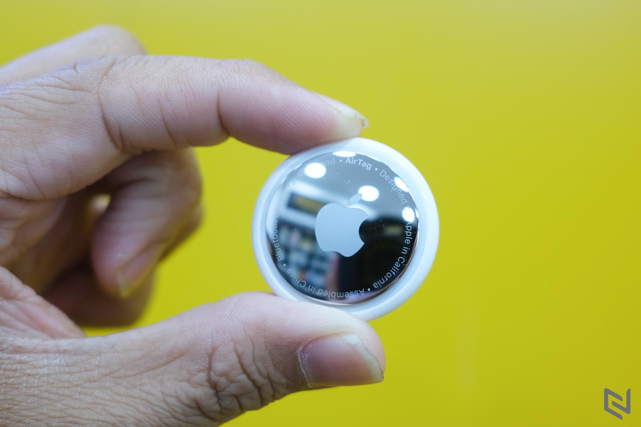 Trên tay phụ kiện Apple AirTag: Không nhỏ như tưởng tượng nhưng tìm đồ vật chính xác